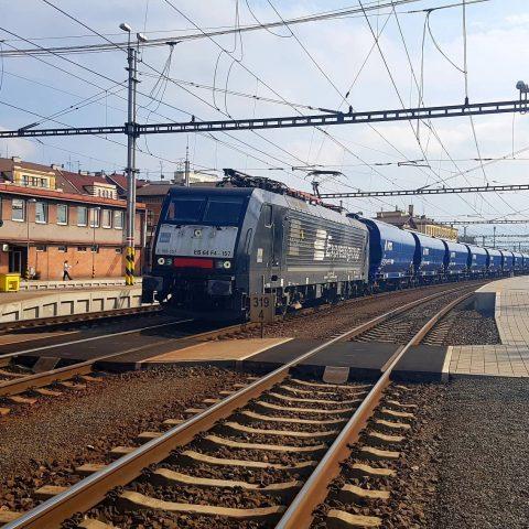Rušeň Siemens 189.157 - preprava nových výsypných vozňov z TVP